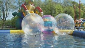 Grandi palle trasparenti gonfiabili dell'acqua all'aperto video d archivio