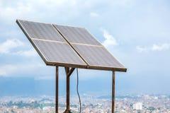 Grandi pannelli solari sopra la città di Kathmandu fotografia stock libera da diritti