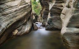 Grandi pietre e cascata Immagine Stock