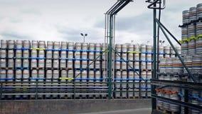 Grandi pile di barilotti alla funzione industriale stock footage
