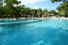 Grandi piscina ed ombrelli. Fotografia Stock Libera da Diritti