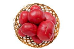 Grandi pomodori in un vecchio canestro di vimini Isolato Fotografia Stock