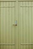 Grandi porte di legno antiquate verdi in casa Fotografia Stock