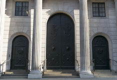Grandi porte nere e colonne bianche Immagini Stock