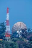 Grandi riflettore parabolico e torre di antenna sulla stazione a terra Fotografia Stock Libera da Diritti