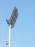 Grandi riflettori all'aperto alti luminosi dello stadio Immagini Stock