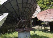 Grandi riflettori parabolici abbandonati in un giardino nelle Filippine Immagini Stock