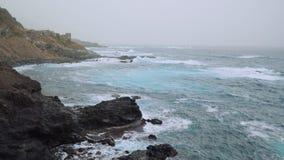 Grandi rigonfiamenti dell'Oceano Atlantico Onde di oceano che rotolano sulla linea costiera rocciosa di Santo Antao Island Cabo V archivi video