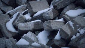 Grandi rocce con alcuna di neve sulla pietra immagine stock libera da diritti