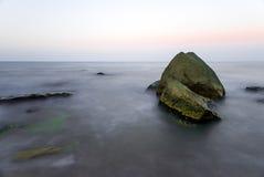 Grandi rocce in mare Fotografia Stock Libera da Diritti