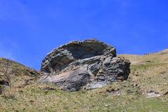 Grandi rocce in montagna con il fondo del cielo blu Fotografia Stock Libera da Diritti
