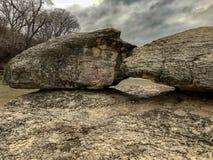 Grandi rocce nel fiume immagine stock