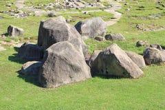Grandi rocce nel prato inglese fotografia stock