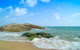 Grandi rocce su una riva di mare Fotografia Stock