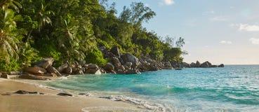 Grandi rocce sulla riva della spiaggia Fotografia Stock