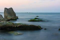 Grandi rocce sulla spiaggia Immagini Stock