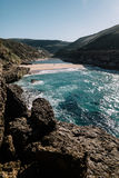 Grandi rocce sulla spiaggia e nell'oceano Fotografie Stock