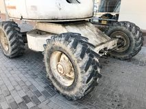 Grandi ruote potenti con il passo e le gomme di attrezzatura per l'edilizia fuori strada, trattori, automobili fotografia stock