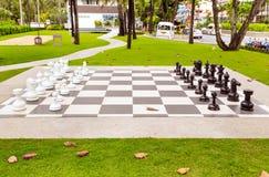 Grandi scacchi su prato inglese verde nel giorno soleggiato, Tailandia fotografia stock