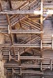 Grandi scala di legno alte nella torre medievale Fotografie Stock