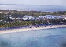 Grandi sedie di spiaggia dell'isola dei Turchi, palme e costruzioni Fotografie Stock Libere da Diritti