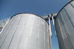 Grandi serbatoi di combustibile e cielo blu del metallo Fotografie Stock Libere da Diritti