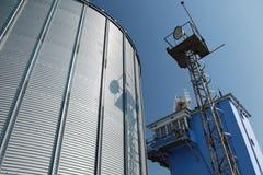 Grandi serbatoio di combustibile e cielo blu del metallo Fotografia Stock Libera da Diritti