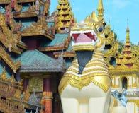 Grandi statue del guardiano del leone alla pagoda di Shwedagon Fotografia Stock Libera da Diritti