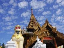 Grandi statue del guardiano del leone alla pagoda di Shwedagon Fotografia Stock