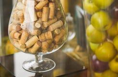 Grandi sugheri di vetro decorato Mele in un vaso Immagine Stock