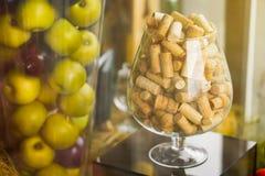 Grandi sugheri di vetro decorato Mele in un vaso Fotografie Stock