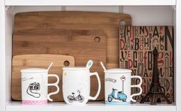 Grandi tazze bianche con i cucchiai e bicicletta, motociclo e macchina fotografica De Fotografia Stock Libera da Diritti