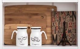 Grandi tazze bianche con i cucchiai e l'angelo, progettazione del diavolo Fotografia Stock Libera da Diritti