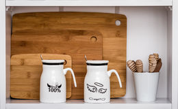 Grandi tazze bianche con i cucchiai e l'angelo, progettazione del diavolo Immagini Stock