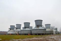 Grandi torri di raffreddamento in acqua e nebbia ad una raffineria di petrolio, petrochimico, stabilimento chimico immagini stock libere da diritti