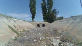 grandi tubi concreti sul canale secco dell'acqua video d archivio