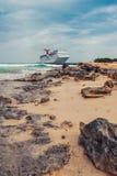 Grandi Turco/Isole Turks e Caicos - 10 maggio 2007: Vista sulla nave da crociera di carnevale fotografia stock libera da diritti