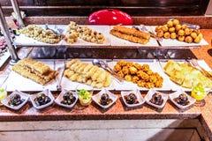 Grandi vassoi dei dolci del Medio-Oriente dessert, baklava, pasticceria, miele, dadi, festività di celebrazione nella baia dell'E immagini stock libere da diritti