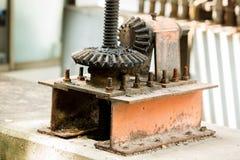 Grandi vecchie e ruote arrugginite del dente con il fuoco selettivo fotografie stock