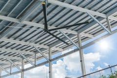 Grandi ventilatori del ventilatore da soffitto commerciale di HVLS al tetto fotografie stock libere da diritti
