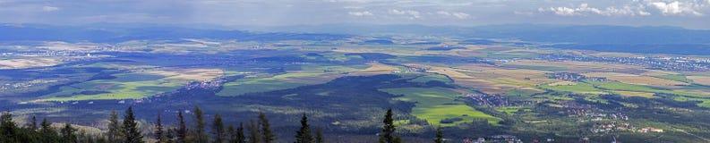 Grandi viste di spazio giù sotto, dei prati, dei campi e del Se delle foreste Fotografie Stock Libere da Diritti