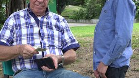 Grandkid που παίρνει τα χρήματα από τον παππού απόθεμα βίντεο