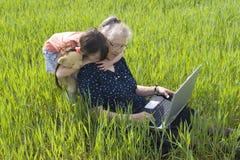 grandma κοριτσιών Στοκ φωτογραφίες με δικαίωμα ελεύθερης χρήσης