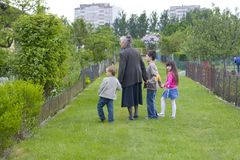grandma παιδιών Στοκ φωτογραφία με δικαίωμα ελεύθερης χρήσης
