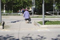 Grandma που διασχίζει το δρόμο σε κίτρινο αυτοί στοκ φωτογραφίες