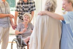 Grandma στην αναπηρική καρέκλα στοκ φωτογραφία με δικαίωμα ελεύθερης χρήσης