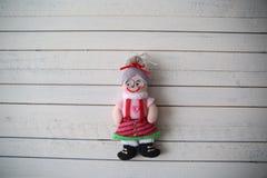 Grandma& x27; s木背景的玩偶基于 免版税库存图片