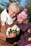 Grandmather et petite-fille en stationnement Images libres de droits