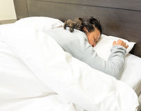 Grandmom, das im Bett schläft Lizenzfreies Stockbild