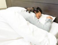 Grandmom som sover i sängen Royaltyfri Bild